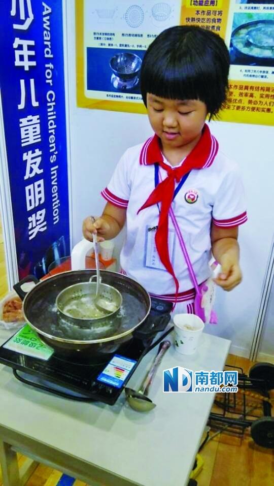 """吃火锅怕捞不到肉 8岁""""吃货""""发明漏碗受追捧"""